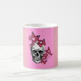 Tasse mit dem Totenkopf und den Schmetterlingen