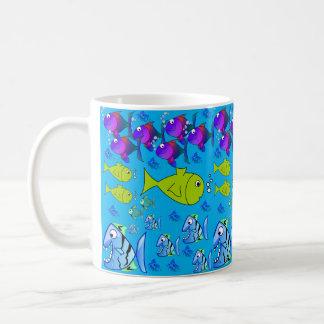 Tasse Saft-Wasser-Kaffeetee die Fische der Kinder