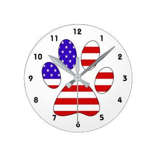 Tatzen-Druck mit der amerikanischen Flagge Runde Wanduhr