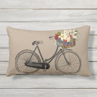 Taupe Kissen der hellen   Fahrrad-Blume im Freien