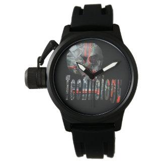 Technologie-Schädel u. die schwarze Gummiuhr der Uhr