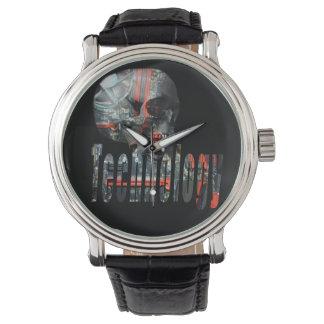 Technologie-Schädel u. die schwarze lederne Uhr