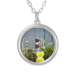 Tennisball mit Orchideen in einer Landschaft Versilberte Kette