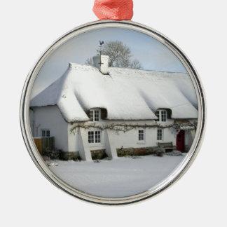 Thatched englische Hütte im Schnee Rundes Silberfarbenes Ornament