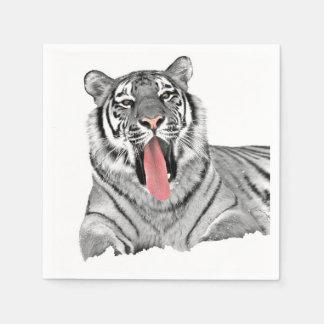 Tiger, der im Schnee liegt und Zunge zeigt Servietten