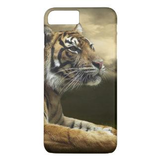 Tiger, der unter drastischem Himmel schaut und iPhone 8 Plus/7 Plus Hülle