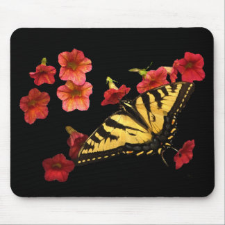 Tiger-Frack-Schmetterling auf roten Blumen Mousepads