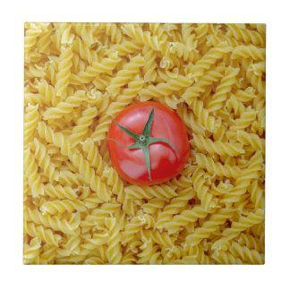 Tomate mit fusilli Teigwaren Fliese