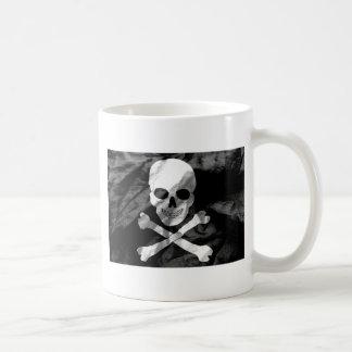 Totenkopf mit gekreuzter Knochen-Flagge Tasse
