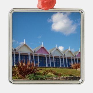 Traditionelle britische Strand-Hütten Quadratisches Silberfarbenes Ornament