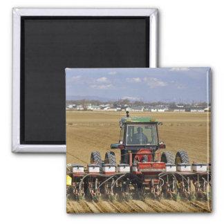 Traktor, der einen Maissaatgutpflanzer zieht Magnets