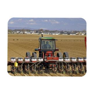 Traktor, der einen Maissaatgutpflanzer zieht Rechteckiger Fotomagnet