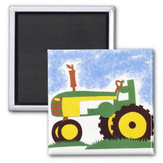 Traktor unter blauem Himmel Quadratischer Magnet