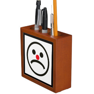 Trauriges schauendes Gesicht mit unverschämter Stifthalter