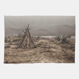 Treibholz auf einem nebeligen Strand Küchentuch