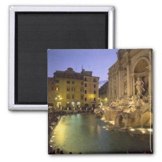 Trevi-Brunnen nachts, Rom, Lazio, Italien Quadratischer Magnet
