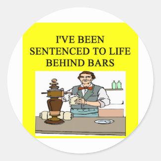 trinkender Bierwitz des Lebens hinter Gittern Runder Aufkleber