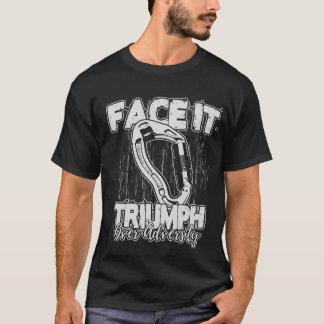 Triumph über kletterndem T-Stück des Missgeschicks T-Shirt
