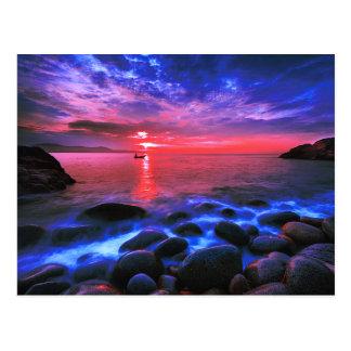 Tropischer Sonnenuntergang auf felsiger Küste Postkarte