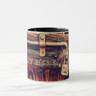 Tür mit der antiken Verschluss- und Bolzen-Tasse Tasse