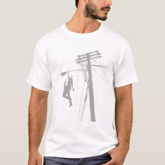 Typ, der von einem Polen hängt T-Shirt