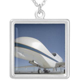 Unbemannte Flugzeuge 2 des globalen Falken Versilberte Kette