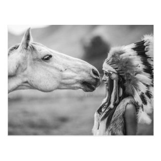 Ureinwohner-Mädchen-und Pferdeabbinden Postkarten