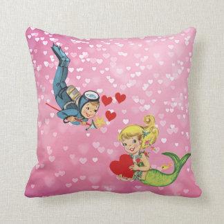 Valentinsgruß-Kindermeerjungfrau und -Sporttaucher Kissen