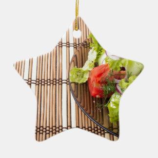 Vegetarischer Salat vom Frischgemüse auf einem Keramik Ornament