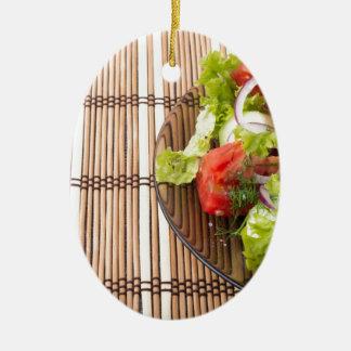 Vegetarischer Salat vom Frischgemüse auf einem Ovales Keramik Ornament