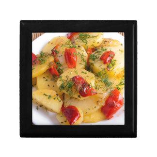 Vegetarischer Teller mit Bio Gemüse Erinnerungskiste