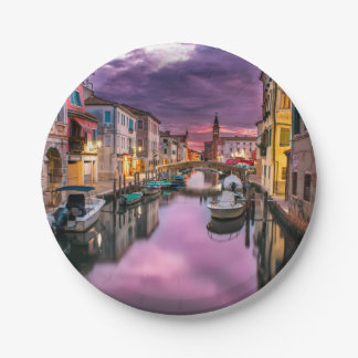 Venedig, landschaftlicher Kanal Italiens u. Pappteller