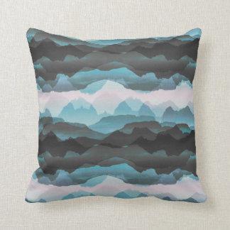 Verblaßte stilisierte blaue Berge Kissen