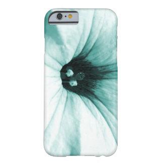 Verblaßtes blaues Blumenmakrobild Barely There iPhone 6 Hülle