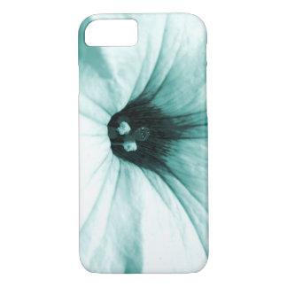 Verblaßtes blaues Blumenmakrobild iPhone 7 Hülle
