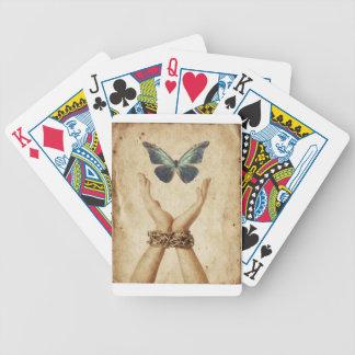 Verkettete Hand mit dem Schmetterling, der oben Bicycle Spielkarten