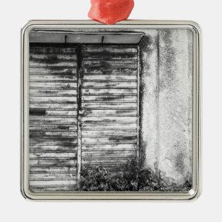 Verlassener Geschäft vergessener bw Silbernes Ornament