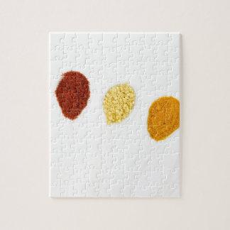 Verschiedene Gewürzgewürze auf Porzellanlöffeln Puzzle