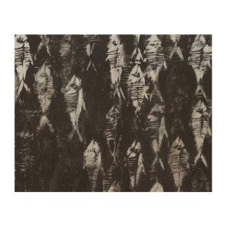 Versteinerte weiße Fische auf schwarzem Holzdrucke
