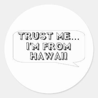 Vertrauen Sie mir… Ich komme aus Hawaii Runder Aufkleber
