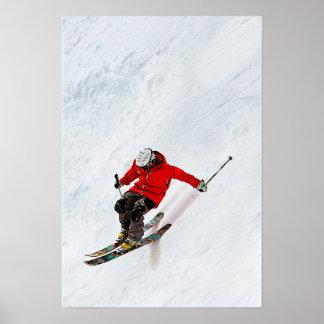 Verwegener Skifahrer, der hinunter eine steile Poster