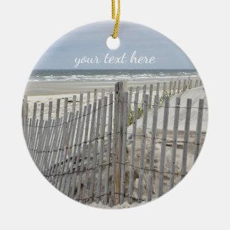 Verwitterter Strandzaun und Ozeanstrand Rundes Keramik Ornament