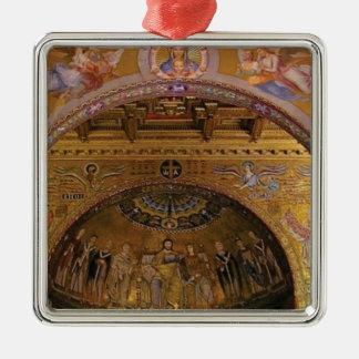 verzierte Kirche nach innen Silbernes Ornament
