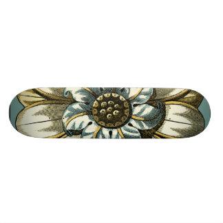 Verziertes Blumenmedaillon auf hellblauem Personalisiertes Skateboarddeck