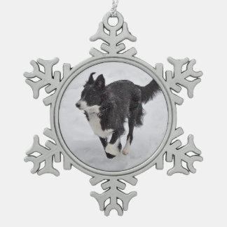 Verzierung - Border-Collie, die in den Schnee Schneeflocken Zinn-Ornament