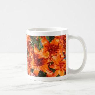 Vibrierende orange Tiger-Lilien Tasse