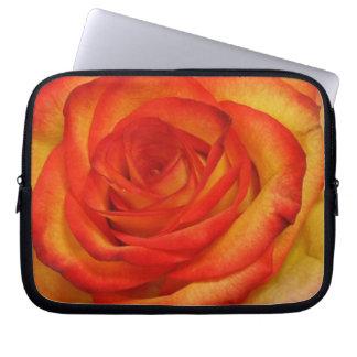 Vibrierendes Rot-und Pfirsich-Rosen-MakroFoto Laptopschutzhülle