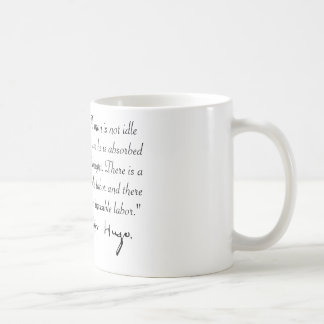 Victor Hugo absorbierte im Gedanken Tasse