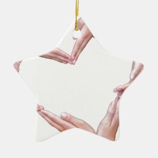 Viele Arme der Mädchen konstruieren Herz auf Weiß Keramik Stern-Ornament