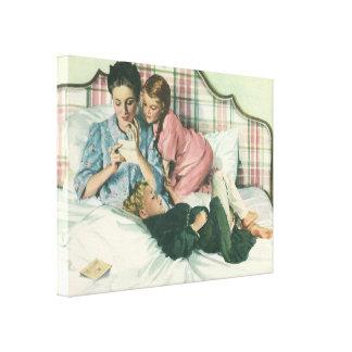 Vintage Mutter und Kinder, die Karten im Bett Leinwanddruck